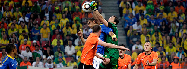 Julio Cesar gol Holanda jogo Brasil  (Foto: Reuters)