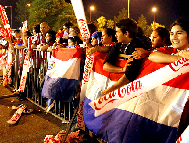 torcida paraguai recebe os jogadores