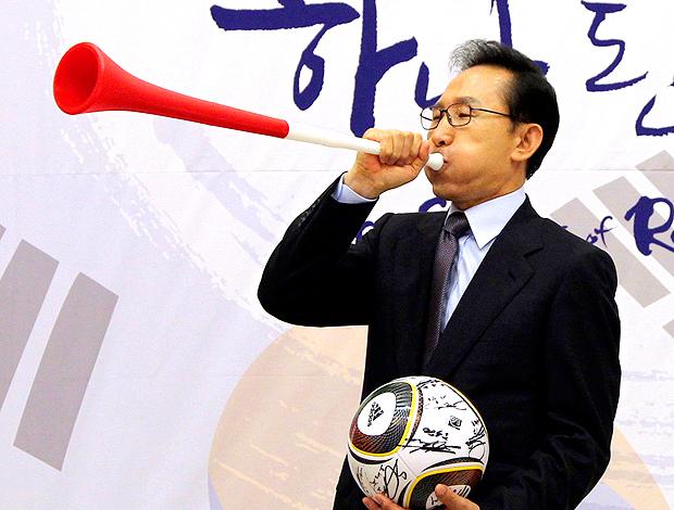 Myung-bak Lee presidente coreia do sul assopra a vuvuzela no encontra com delegação de futebol