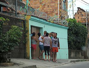 Movimentação em frente a casa da avó de Bruno