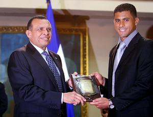 Presidente de Honduras, Porfírio Lobo, entrega placa ao goleiro e capitão seleção, Noel Valladares