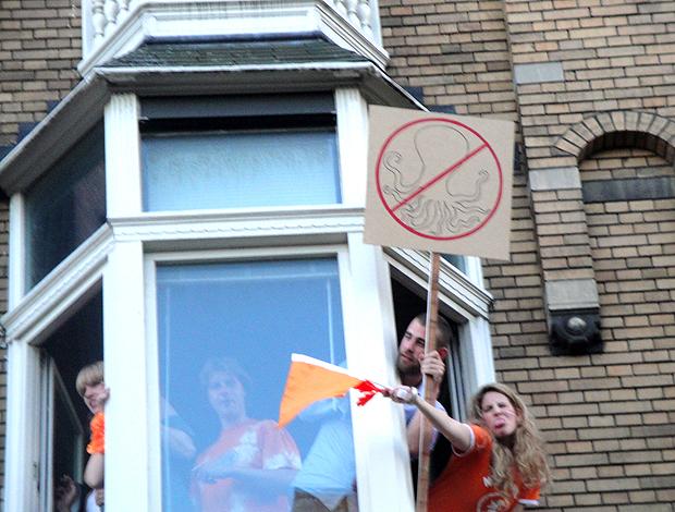 cartaz de Protesto contra o polvo Paul em Amsterdã