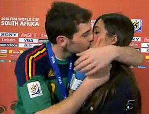 FRAME Casillas beijo Sara Carbonero comemoração