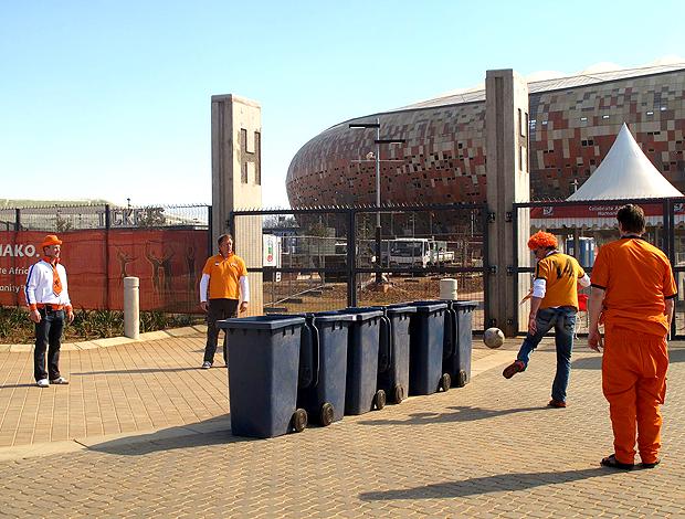 Holandeses improvisam futvolei com lata de lixo na porta do soccer city