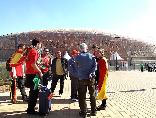 Espanhóis esperando para entrar no soccer city
