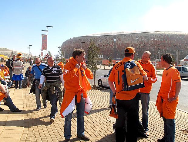 Holandeses esperando para entrar no soccer city