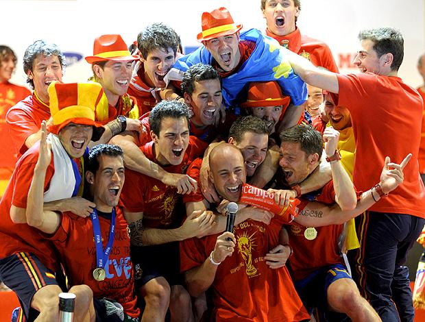 Jogadores da espanha comemorando