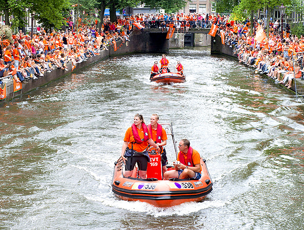 torcida holanda homenageia os jogadores da seleção no canal de amsterdã