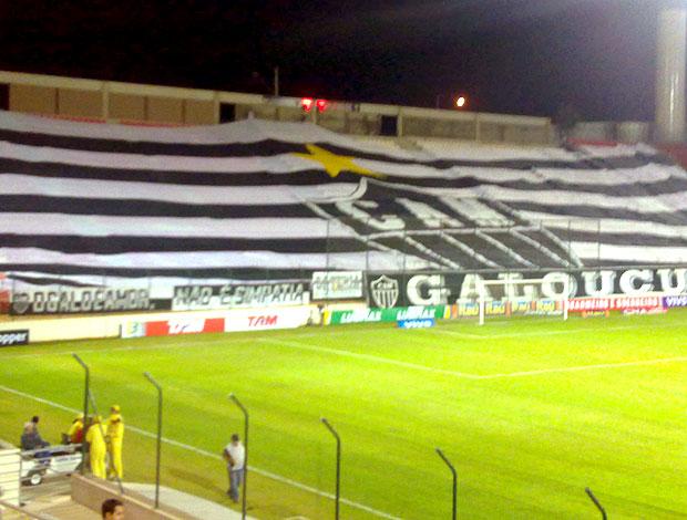 bandeira torcida Atlético-MG jogo Atlético-GO