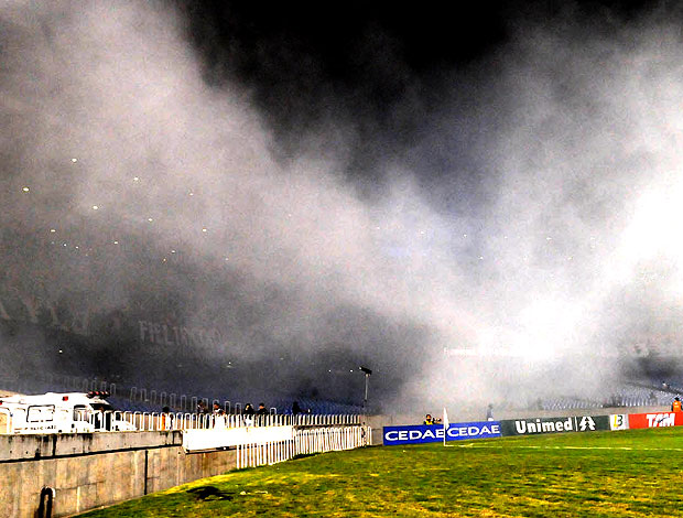 fumaça torcida Fluminense jogo Maracanã