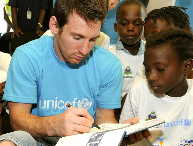 Messi jogador Argentina no Haiti - Unicef - autógrafo