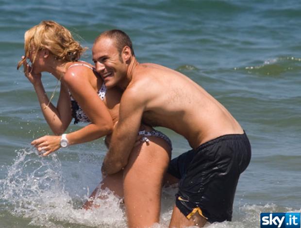 Ilary Blasi esposa Totti na praia com amigo