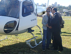Neymar, jogador do Santos, chega de helicoptero evento em Colégio