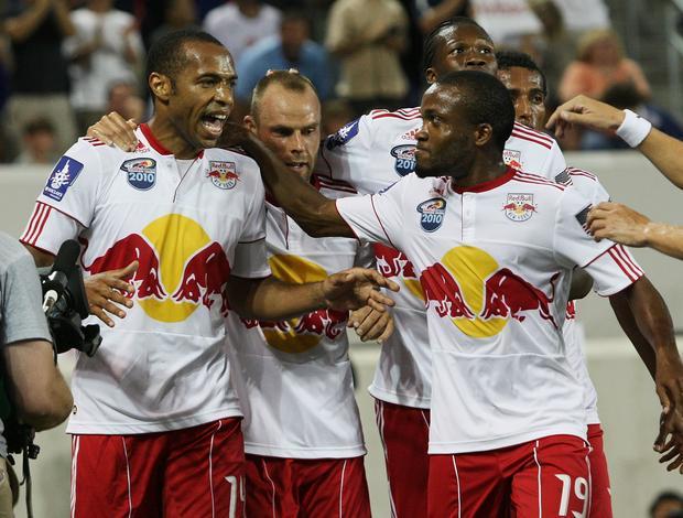 Henry vibra com companheiros do New York Red Bulls contra o Tottenham Hotspur