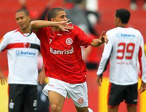 Taison comemora gol do Internacional contra o Flamengo