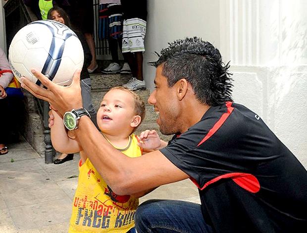 Leo Moura com criança em hospital