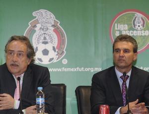 Nestor de la Torre, diretor da comissão de seleções da Federação Mexicana, à direita, e Decio de María, secretário da entidade
