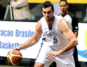 Murilo Becker no treino de basquete