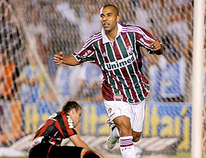 Emerson comemora gol do Fluminense