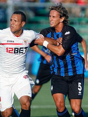 Luis Fabiano em ação pelo Sevilla contra o Atalanta