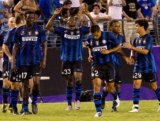 Obinna comemora gol do Inter de Milão com Phillipe Coutinho