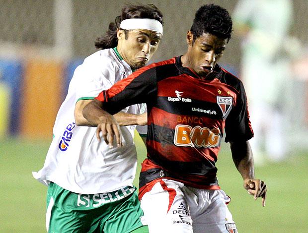 Rodrigo Tiuí no jogo entre Atlético-GO e Guarani