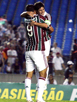 Washington e Conca comemoram gol do Fluminense