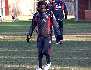 Tinga, no treino do Inter