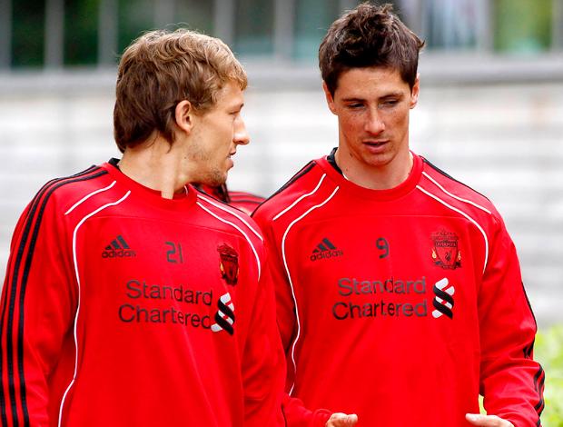Fernando Torres e Lucas Liverpool, conversam treino (Foto: Reuters)