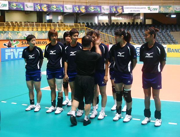 técnico com as jogadores no treino de vôlei do Taiwan