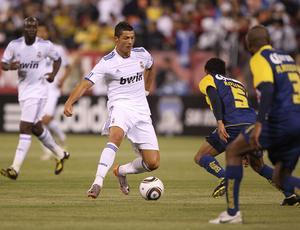 Cristiano Ronaldo, Real Madrid, tenta passar por Rosinei, América-MEX, em San Francisco