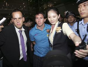 Messi chega com o Barcelona a Pequim
