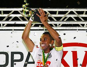 Robinho com troféu da Copa do Brasil