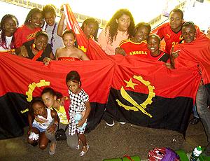 Torcida de Angola no torneio de basquete em Brasília