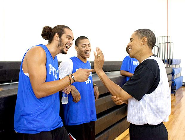 presidente EUA barack obama ao lado de Joakim noah e derreck rose chigaco bulls