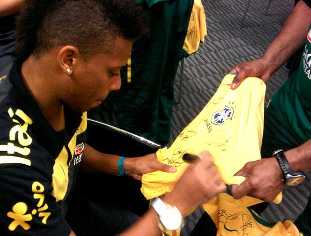 André, autografando camisa em Nova Jersey. Brasil