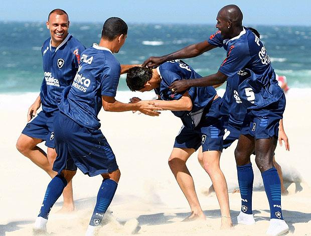 jogadores brincam com Caio no treino do Botafogo