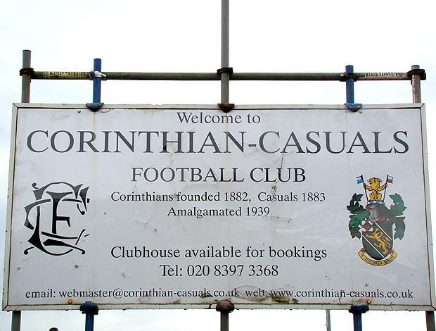 Placa na porta do Corinthian-Casuals FC, fundado 1882