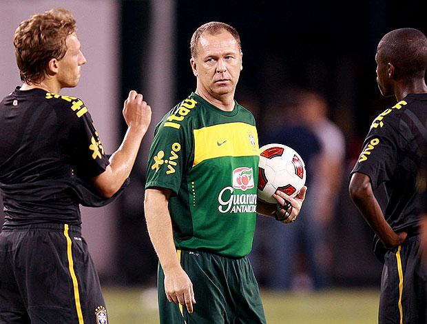 Mano Menezes no treino da seleção brasileira