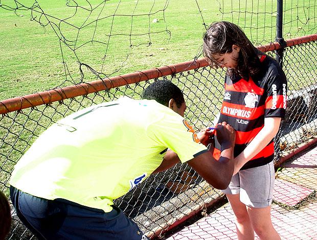 Renato Abreu dando autógrafos no treino do Flamengo