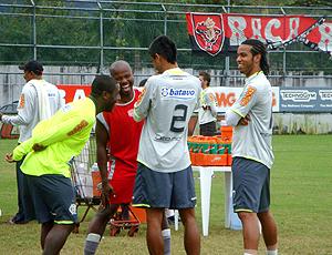 Marcão, do Bangu, com Toró, Léo Moura e Fernando. Flamengo