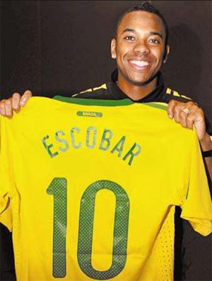Robinho mostra camisa do Brasil com nome Escobar