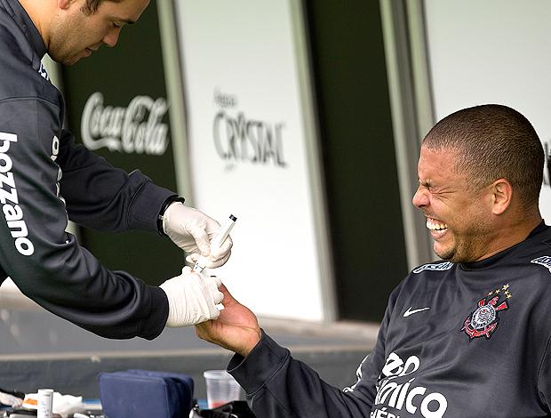 Ronaldo, faz careta ao tirar sangue. Corinthians
