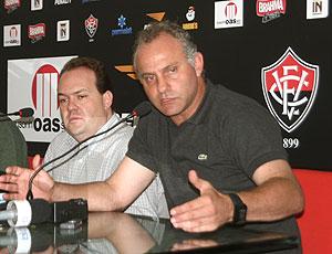 Toninho Cecílio sendo apresentado como técnico do Vitória