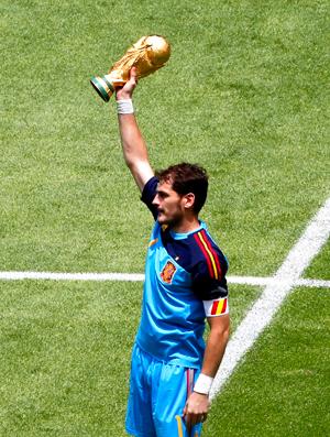Casillas, mostra taça no amistoso. Espanha e México