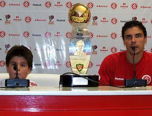 Bolívar e filho, Tales, com troféu do segundo turno do Campeonato Gaúcho - 18/4/2010