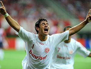Giuliano comemora gol do Internacional contra Chivas