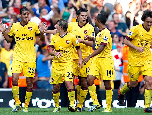 Jogadores do Arsenal, comemoram gol no Liverpool