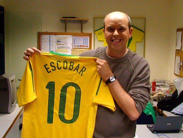 Escobar, recebe camisa do Brasil com seu nome