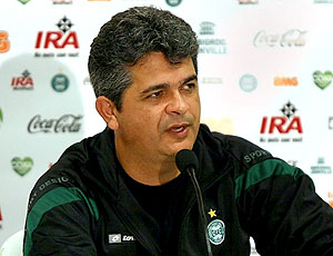 Ney Franco durante coletiva do Coritiba